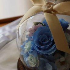 画像2: Preserved flower |サムシングブルー 贅沢なアレンジ【ガラスドーム】 (2)