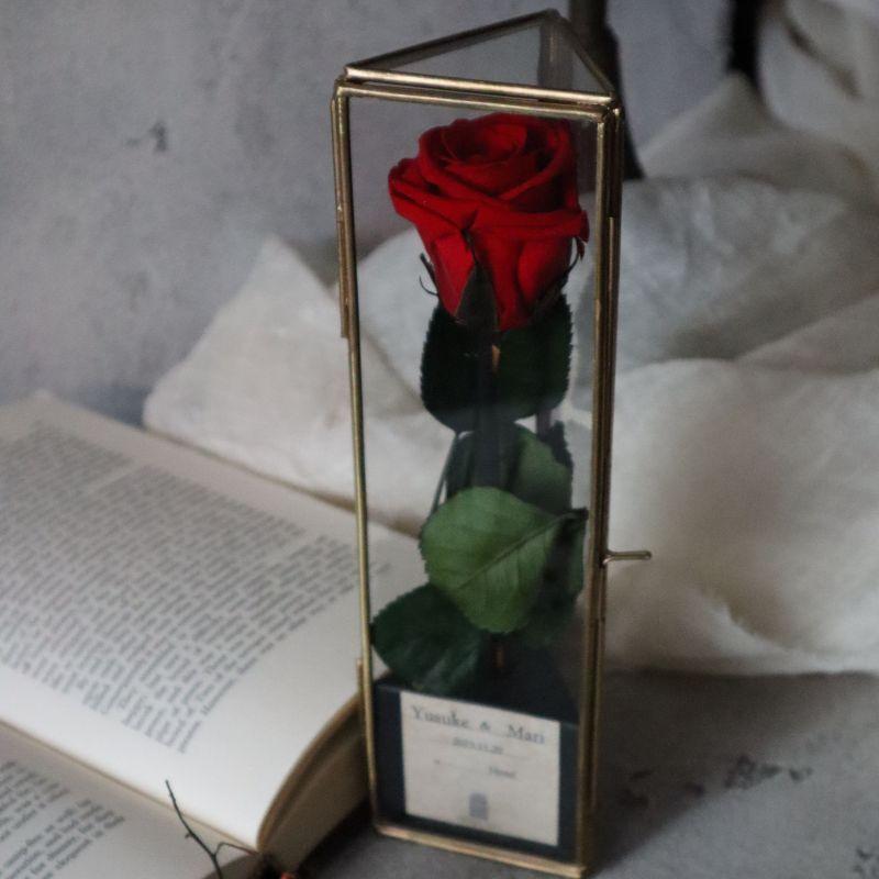 真鍮のガラスケースに入ったバラ